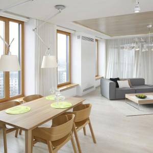 Jadalnia, widoczna z każdego miejsca w mieszkaniu, stanowi jego centrum. Stąd mamy widok na kuchnię, jak i częściowo przysłonięty salon. Projekt: Maciej Brzostek. Fot. Bartosz Jarosz.