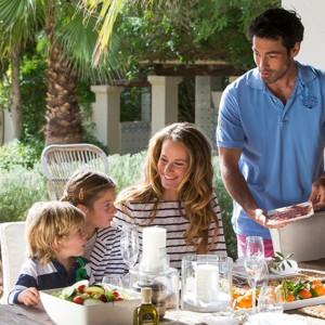 Duży stół na tarasie pozwala na wspólne spożywanie posiłków na zewnątrz. Fot. Riviera Maison.