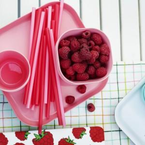 Miski, talerze, wykonane z tworzywa są bardzo praktyczne. Doskonale sprawdzą się podczas przyjęć z udziałem dzieci. Fot. IKEA.