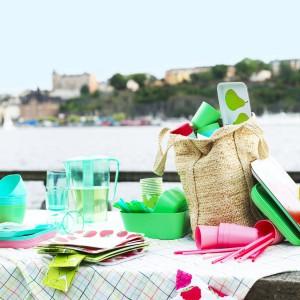 Kolorowe tkaniny i naczynia doskonale sprawdzą się także podczas wakacyjnych pikników. Fot. IKEA.