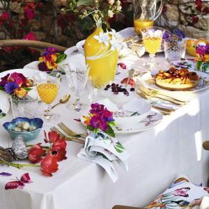 Planując posiłki na świezym powietrzu nie możemy zapomniec o odpowiednim nakryciu stołu. Fot. Zara Home.