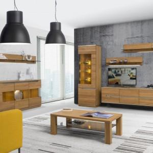 Meble z kolekcji Torino zwracają uwagę swym wyjątkowym rysunkiem naturalnego, olejowanego drewna dębowego. Cechą wyróżniającą kolekcję są charakterystyczne przecięcia na masywnych frontach. 2.069 zł (szafka wisząca), 2.219 zł (witryna), Szynaka Meble.