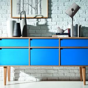 Niebieska komoda 3D3S 159 wysoka z kolekcji mebli Lovell, którą wyróżniają zgrabne kształty, proste formy, ostre kolory, delikatne krągłości oraz wysokie, smukłe nóżki. 2.990 zł, Meble Matkowski.