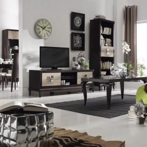 Kolekcja Laviano nawiązuje do klasyki poprzez harmonijną formę i wykorzystanie naturalnego drewna. Jej nowoczesność przejawia się w doborze kolorów oraz wysokim połysku frontów i metalowych detali. 2.159 zł (szafka RTV), 2.059 zł (regał), Bydgoskie Meble.
