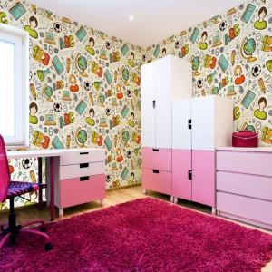 Oryginalna tapeta marki Minka Kids znakomicie sprawdzi się w pokoju ucznia lub uczennicy. Kolorowy wzór z uniwersalnym motywem jest odpowiedni zarówno dla dziewczynki, jak i chłopca. Fot. Minka Kids.