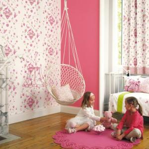 Biała tapeta dekorowana różowymi motywami roślinnymi z serii My Room francuskiej marki Casadeco, nada piękny wygląd pokojowi dziewczynki. Sprawdzi się także w salonie. Fot. Casadeco.