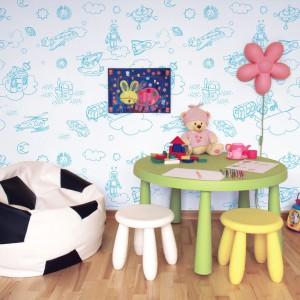 Subtelna tapeta z przeróżnymi motywami, które wyglądają, jak gdyby narysowało je dziecko, to propozycja do pokoju małego chłopca. Dekoracja marki Minka Kids. Fot. Minka Kids.