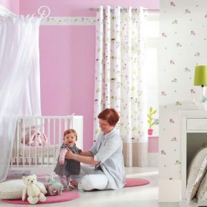 Tapeta Playtime marki Casadeco nada dziecięcemu wnętrzu niepowtarzalny urok oraz wdzięk. W skład kolekcji wchodzą również tkaniny z motywem zdobiącym tapetę. Fot. Casadeco.