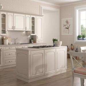 Kuchnia Amelia Biała Patyna to klasyczna stylistyka, która zyskuje coraz więcej zwolenników. Kuchnia charakteryzuje się niezwykłą szlachetnością i wyrafinowaniem. Eleganckie frezowania, porcelanowe uchwyty, a nawet ażurowe fronty szafek to kwintesencja tej kuchni. Fot. Stolkar.
