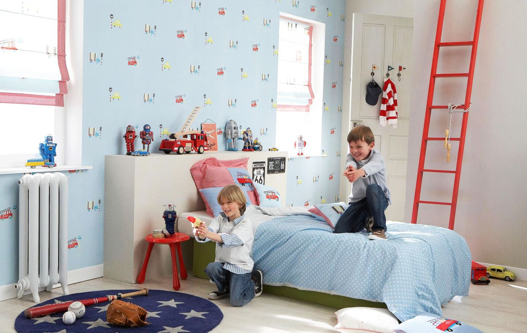 Niebieska tapeta z najróżniejszymi pojazdami samochodowymi to pomysł na dekorację pokoju chłopca. Dość drobny wzór sprawia, że z powodzeniem można ozdobić nią wszystkie ściany. Tapeta z kolekcji Little Friends marki JVD. Fot. JVD.