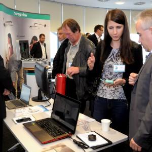 Stoisko firmy CAD Projekt: Arkadiusz Jaskulski oraz Ireneusz Biernacki z firmy Informik z Wrocławia, przedstawiciela CAD Projekt, wyjaśniają projektantom i architektom jak używać programu komputerowego do projektowania, wizualizacji i wyceny wnętrz.