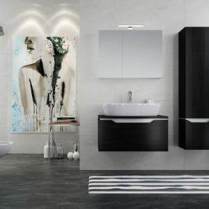 Kolekcja Street Fusion oparta na wyrazistych kontrastach. Do umywalek możemy dopasować szafki podumywalkowe, które są dostępne są w dwóch wykończeniach: czarne drewno i brązowy dąb. Trapezowe linie wycięć zastępują uchwyty mebli łazienkowych. Fot. Opoczno.