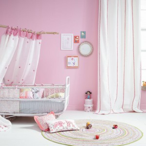 Już od okresu niemowlęctwa dziewczynkom przypisywany jest kolor różowy. Z wykorzystaniem dekoracji z serii Summer Camp marki JVD można stworzyć piękny, spokojny pokój dla małej córeczki. Fot. JVD.