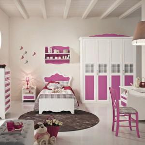 Piękne meble w romantycznym stylu, z biało-różowymi frontami, z dodatkiem szarej kratki są praktycznym elementem wyposażenia, a zarazem dekorują wnętrze. Fot. Pentamobili.