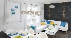 Właścicielka mieszkania to z zawodu architekt.Na co dzień zajmując się urządzaniem wnętrz musiała znaleźć złoty środek, by własną przestrzeń zaaranżować z właściwym umiarem.