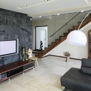 W eleganckim salonie jedną ze ścian zdobi czarny łupek dekoracyjny. Projekt: Piotr Stanisz. Fot. Bartosz Jarosz.