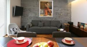 Kamień, cegła czy tradycyjnie farba? Jak wykończyć ściany w salonie? Zobaczcie 20 zdjęć z polskich domów.