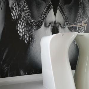 Ścianę w łazience zdobi efektowna fototapeta z motywem karnawałowym. Na jej tle pięknie prezentuje się designerska umywalka. Projekt: Katarzyna Mikulska-Sękalska. Fot. Bartosz Jarosz.