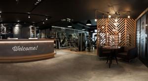 Klub sportowy mieści się w kamienicy na prestiżowym osiedlu Dąbie we Wrocławiu. Każdy m² od samego początku został starannie zaprojektowany. Inwestorzy zaufali projektantom i przystali na zaproponowane koncepcje.