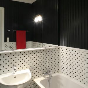 Nad umywalką umieszczono praktyczną szafkę łazienkową ukrytą za lustrzanymi frontami. Projekt: Agnieszka Ludwinowska. Fot. Bartosz Jarosz.