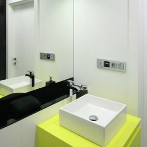 W małych łazienkach nie możemy zapomnieć o doborze odpowiedniego oświetlenia. W nowoczesnych wnętrza dobrze będą się prezentować proste, geometryczne formy oświetlenia.Projekt: Katarzyna Kiełek, Agnieszka Komorowska-Różycka. Fot. Bartosz Jarosz.