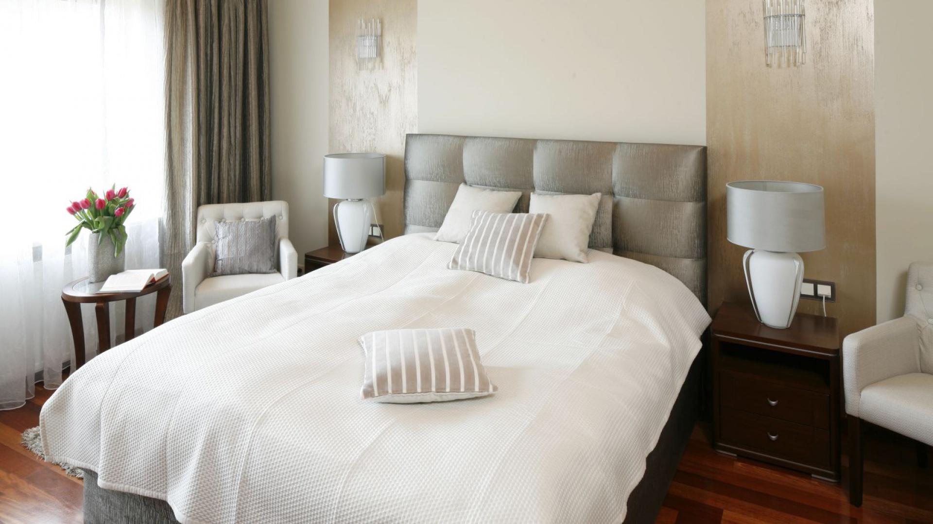 Elegancka sypialnia dla dwóch osób. Duże, wygodne łóżko zapewnia pełen komfort wypoczynku. Projekt: Kinga Śliwa. Fot. Bartosz Jarosz.