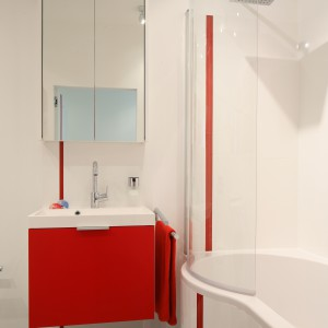 Czerwone meble to ciekawy sposób na wprowadzenie koloru do wnętrza. Projekt: Iza Szewc. Fot. Bartosz Jarosz.