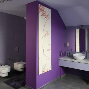 Strefę umywalek od strefy sanitarnej oddziela ścianka pomalowana na ciemnofioletowy odcień. Projekt: Dominik Respondek. Fot. Bartosz Jarosz.