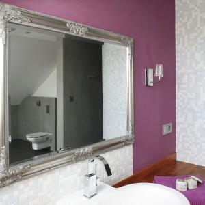 Kolorowa ściana stanowi doskonałe tło dla lustra w pięknej, ozdobnej ramie. Projekt: Dominika Grabowska. Fot. Bartosz Jarosz.