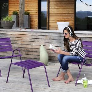 Meble ogrodowe z kolekcji Monceau marki Fermob. Dostępne są w wielu kolorach. Krzesła nawiązują do klasycznych mebli z francuskich parków miejskich. Fot. Fermob.
