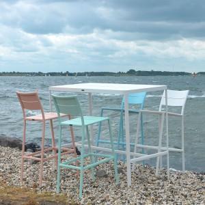 Wysokie krzesła barowe w pastelowych odcieniach doskonale sprawdzą się na zewnątrz. Fot. Max&Luuk.