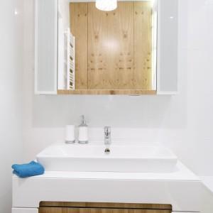 Łazienkę urządzono z rozmachem. Znajdziemy tu drewno, niebieską mozaikę imitującą krople wody, sporo luster oraz szkło.