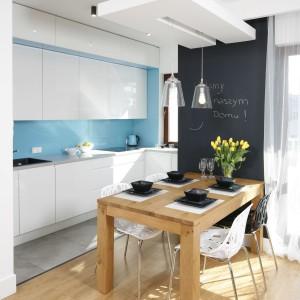 Kuchnia miała być minimalistyczna i nie rzucająca się w oczy w otwartej przestrzeni. Zdecydowano więc, że zabudowa będzie w kolorze białym.