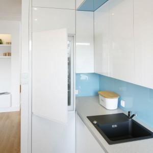 Ścianę nad blatem pomalowano na piękny, niebieski kolor. Dodatkowo, ze względów praktycznych, zabezpieczono ją szkłem.