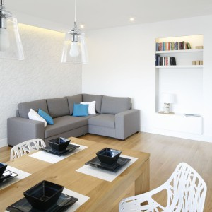 Między kuchnią a salonem znalazło się miejsce na drewniany stół. Można go powiększyć do 240 cm – otwarta przestrzeń pozwala na jego rozłożenie bez przesuwania mebli.