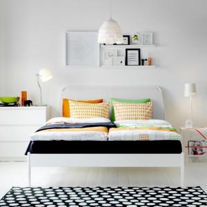 W minimalistycznej, białej sypialni znakomicie wyglądają kolorowe dodatki. Modnym rozwiązaniem jest zastąpienie tradycyjnej szafy krawieckim wieszakiem na ubrania, który wyeksponuje kolorową kolekcję, ciekawie zdobiąc wnętrze. Na zdjęciu: kolekcja mebli dostępna w sieciach IKEA. Fot. IKEA.