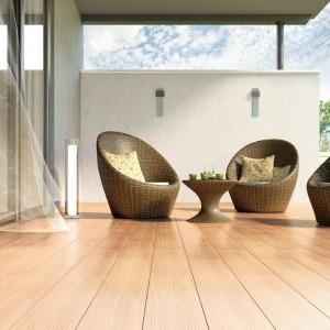 Płytki z kolekcji Deckwood z wyraźną strukturą drewna. Dostępna są w czterech kolorach oraz w formacie 14,8x59,8 cm.  Fot. Opoczno.