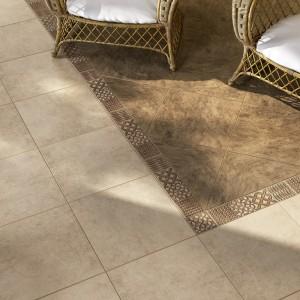 Płytki Rixos to szkliwiony gres o matowej powierzchni o wymiarach 40x40 cm. Dekoracyjnym elementem, które uzupełniają kolekcję jest misternie zdobiona listwa podłogowa, oraz zdobiony narożnik. Fot. Ceramika Kwadro.