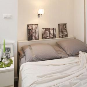 Zdjęcia paryskich uliczek z efektem starodawnej sepii, zdobiące ścianę za łóżkiem wprowadzają do glamourowej sypialni nieco nostalgiczną aurę. Projekt: Małgorzata Mazur. Fot. Bartosz Jarosz.