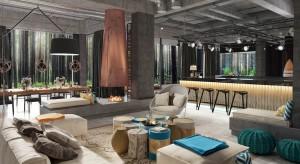 Charakterystyczne wnętrza nawiązują do nadmorskiej przyrody. Motywem przewodnim przestrzeni hotelowych są surowe, naturalne materiały. Za układ funkcjonalny i koncepcję wnętrz obiektu odpowiada krakowska pracownia projektowa Iliard.