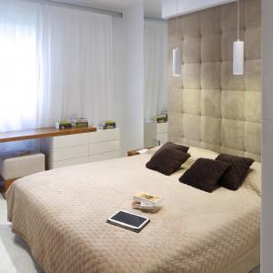 Tapicerowane panele doskonale zabezpieczają ścianę przed zabrudzeniem. Wnoszą do wnętrza sypialni także intymną atmosferę. Projekt: Michał Mikołajczak. Fot. Bartosz Jarosz.