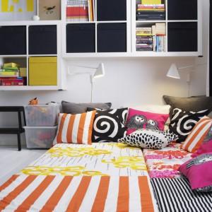 Wyjątkowy klimat wnętrza wykreują kolorowe dodatki, np. poduszki dekoracyjne marki IKEA. W wybór dodatków warto zaangażować córkę lub powierzyć jej samodzielną decyzję. Fot. IKEA.