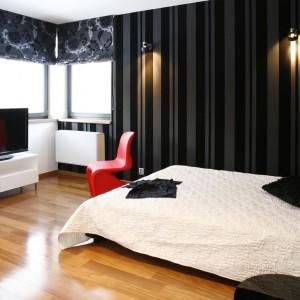 W dużej sypialni bez problemu zmieściła się nowoczesna, biała szafka na drewnianych nóżkach, na której ustawiono telewizor. Projekt: Dąbrówka Potowska. Fot. Bartosz Jarosz.