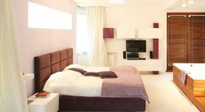Telewizor w sypialni to świetne rozwiązanie dla wszystkich, którzy uwielbiają oglądać filmy w łóżku.Zobaczcie, jak można wkomponować go w wystrój wnętrza.