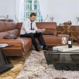 Zestaw wypoczynkowy Rapsodia marki Kler w kolorze toffi pięknie ociepli salon i podkreśli jego elegancki charakter. Moduł z przedłużonym siedziskiem umożliwia wygodne wyprostowanie nóg. Fot. Kler.