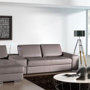Skórzana sofa Onex marki TC Meble z przesuwanymi oparciami, które zapewniają możliwość znalezienia odpowiedniej pozycji do wypoczynku. Do wyboru są trzy rodzaje boków w tym z funkcją barku. Fot. TC Meble.