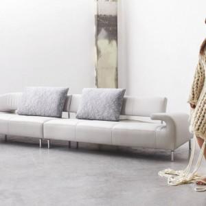 Ultranowoczesna sofa Vol De Rive holenderskiej marki Leolux o designerskim kształcie nie tylko zapewni wygodny odpoczynek, ale też będzie dekoracją salonu. Mebel dostępny w Studio Asymetria. Fot.  Studio Asymetria.