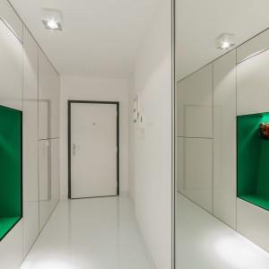 W białym tunelu prowadzącym od wejścia do strefy dziennej na tle bieli wybija się zielona wnęką, w której zamontowano kwietnik. Projekt: Radomír Minjarík. Fot. Juraj Hatina.