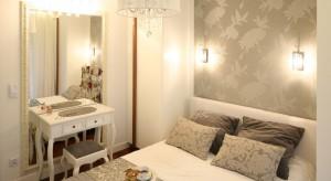Mała sypialnia może być przytulnym miejscem do wypoczynku. Zobacz, jak urządzili ją inni.