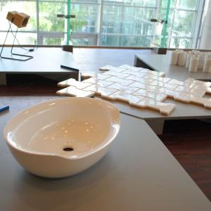 Na wystawie zaprezentowano elementy łazienkowe takie jak: umywalka Siwa Mowo Marmorin oraz płytki Street Paving Design Lab. Fot. Piotr Sawczuk.